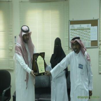المانع يكرم الدكتورة المك بعد انتهاء فترة عملها بصحة القصيم