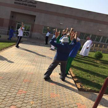 نزلاء مستشفى الصحة النفسية يمارسون رياضة المشي في الصباح